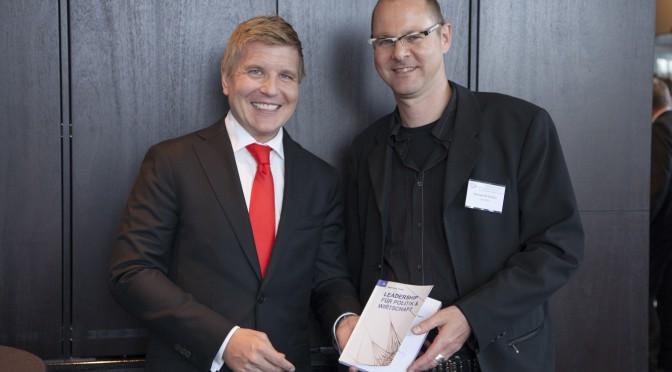 V. l. n. r.: Helmut Fuchs (Herausgeber) und Hinrich JW Schüler (Gastautor). Foto: Jörg Zaber von Zaber Images Düsseldorf http://www.zaber.de/