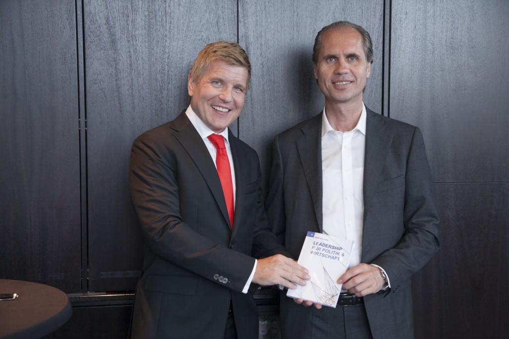 V. l. n. r.: Helmut Fuchs (Herausgeber) und Jochen Wilckens (Gastautor). Foto: Jörg Zaber von Zaber Images Düsseldorf http://www.zaber.de/