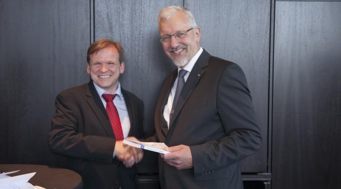 V. l. n. r.: Elmar Niederhaus (Herausgeber) und Prof. Dr. Hans-Joachim Flocke (Gastautor). Foto: Jörg Zaber von Zaber Images Düsseldorf http://www.zaber.de/