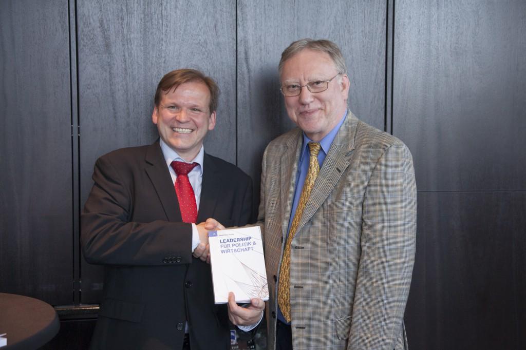 V. l. n. r.: Elmar Niederhaus (Herausgeber) und Dr. jur. Kurt Kreizberg (Gastautor). Foto: Jörg Zaber von Zaber Images Düsseldorf http://www.zaber.de/