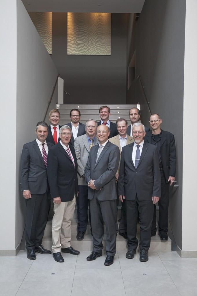 Vordere Reihe v. l. n. r.: Christian Rentrop (Gesellschafter der PLANSECUR Finanzgruppe und Vertreter der Unternehmergemeinschaft), Dr. jur. Ingo Wolf MdL (Innenminister NRW a.D.), Dr. jur. Kurt Kreizberg (Rechtsanwalt), Klaus Steven (Managing Director, AchieveGlobal GmbH), Ludger Siebertz (Leiter Finanzbereich, Fujitsu Konzern in der DACH-Region und Finanz-Geschäftsführer bei der Fujitsu Technology Solutions GmbH in Deutschland), Prof. Dr. Hans-Joachim Flocke (Studienleiter der FOM Hochschule in Essen), Hinrich JW Schüler (freischaffender Bildender Künstler). Hintere Reihe v. l. n. r.: Helmut Fuchs (Herausgeber), Michael Buck (Geschäftsführender Gesellschafter, Convidera GmbH), Elmar Niederhaus (Herausgeber) und Jochen Wilckens (Geschäftsführer, SAT GmbH & Co. KG). Es fehlen: Dr. Axel Gros (Leiter Zentralabteilung Finanzen, Franz Haniel & Cie GmbH), Peter Heesen (Präsident Deutscher Beamtenbund a.D.), Ulrich Koch (Vorstand Stadtwerke Herne AG), Thomas Lüdeke (Geschäftsführer, Deutsche Akademie für Public Relations und Gründer des PR-Career-Center), Peter Meyer (Präsident des Allgemeinen Deutschen Automobilclub e.V.), Johannes Schäffer (Gesellschafter der PLANSECUR Finanzgruppe und Vertreter der Unternehmergemeinschaft) und Johannes Sczepan (Geschäftsführer der PLANSECUR Finanzgruppe). Foto: Jörg Zaber von Zaber Images Düsseldorf. http://www.zaber.de/