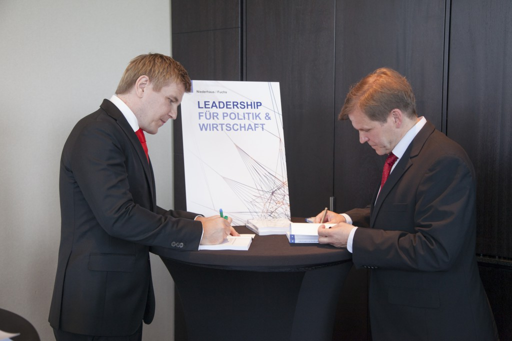 Am 17. Juni 2013 signierten Helmut Fuchs und Elmar Niederhaus während der Buchpräsentation ihr Werk